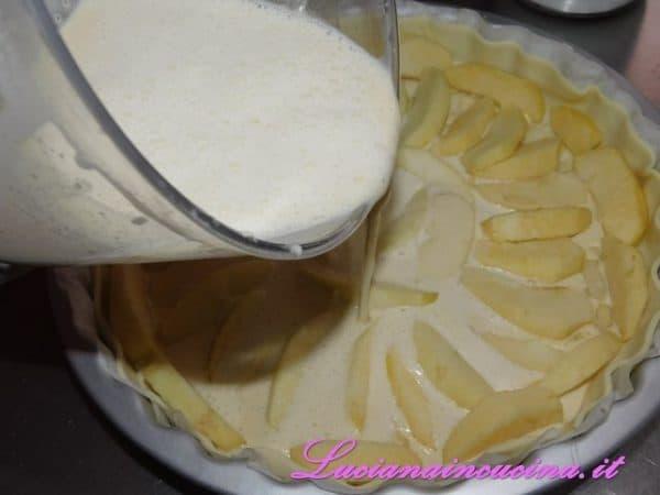 Versare il composto cremoso su tutta la superficie della torta.