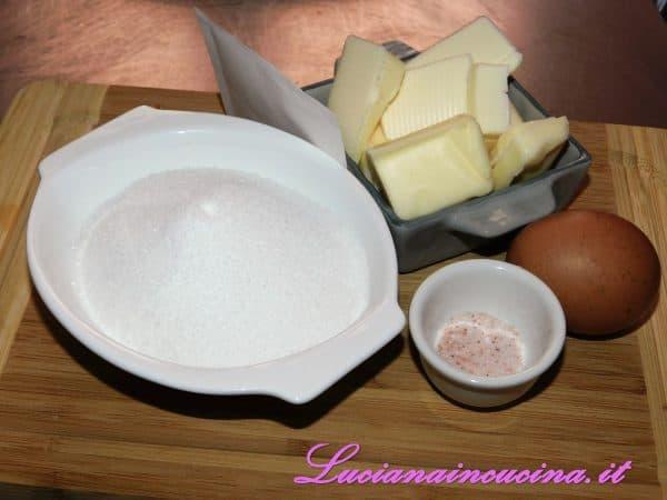 Montare con una frusta il burro morbido con lo zucchero, il sale e la vaniglia. Poi aggiungere l'uovo continuando a montare.