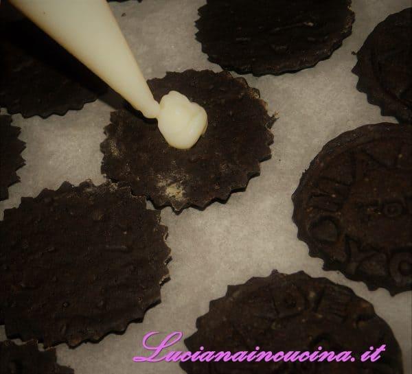 Farcire i biscotti con la cremina accoppiandone due alla volta.
