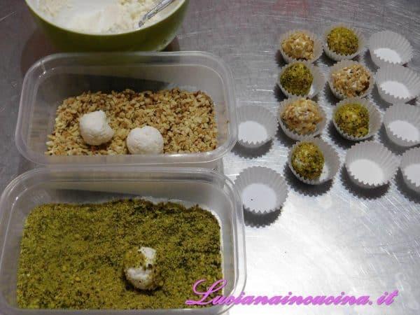 Formare delle palline di piccola dimensione e rotolarne metà nella granella di pistacchi e l'altra metà in quella di nocciole. Trasferire in frigorifero fino al momento di servire.