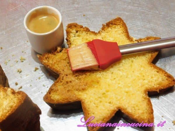 Affettare il pandoro in orizzontale e bagnarlo con il caffè leggermente zuccherato.