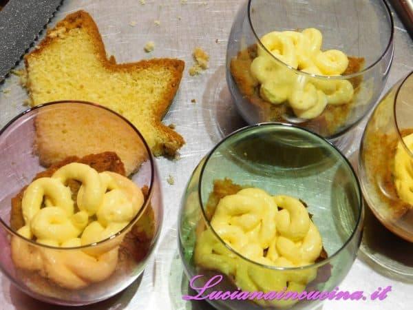 Comporre il tiramisù inserendo nei bicchieri il pandoro a strati alternati alla  crema di mascarpone.