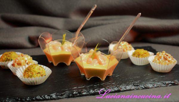 Servire, come suggerito, i bicchierini ai gamberetti insieme ai bonbon al caprino.