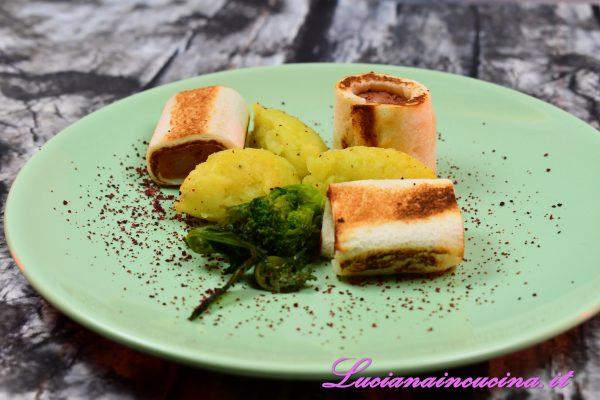 Servire con quenelle di patata aromatizzate con sale, pepe ed olio extravergine d'oliva ed un fiore di broccoletto saltato in olio, aglio, sale e peperoncino.