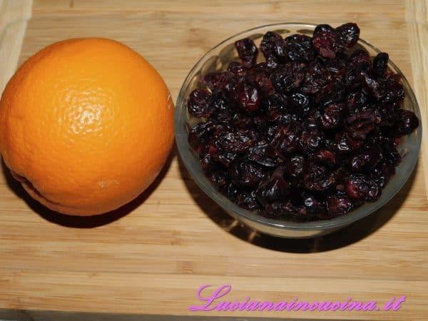 Aromatizzare con la buccia dell'arancia ed il suo succo. Poi inserire un terzo dei mirtilli e frullare bene.