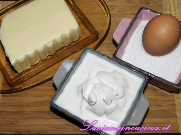 Montare il burro con lo zucchero versando la panna poco alla volta. Poi unire un uovo alla volta sempre mescolando.