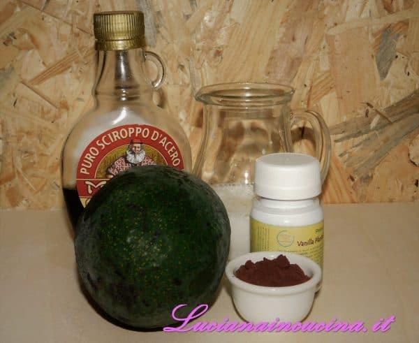 Estrarre la polpa dell'avocado dopo aver tolto il nocciolo.