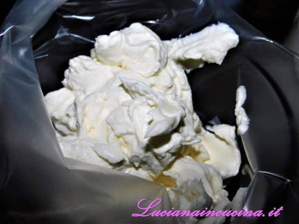 Aggiungere la panna montata ed incorporare delicatamente, poi inserire il composto in un sac a poche.