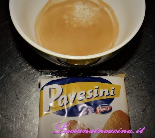 Nei bicchierini monoporzione inserire un pavesino bagnato nel caffè, un ciuffo di crema al mascarpone ed una spolverata di cacao.