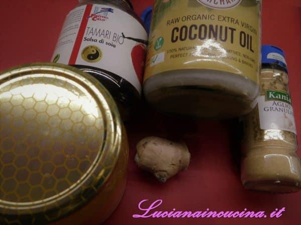 Sciogliere l'olio di cocco e affettare sottilmente la radice di zenzero.