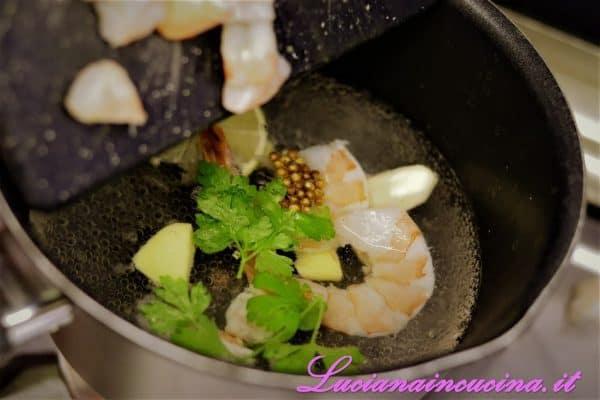 Scottare per due minuti (non oltre) le code di mazzancolle in acqua bollente salata aromatizzata con uno spicchio di lime, lo zenzero affettato, lo spicchio d'aglio, i semi di coriandolo essiccati e qualche foglia di prezzemolo.