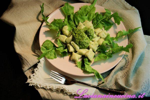 Cuocere gli gnocchetti in acqua bollente salata e, quando vengono a galla condirli con il pesto di tarassaco e servire subito.