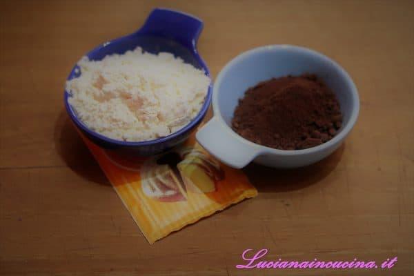 Infine, unire il lievito, la farina ed il cacao passati al setaccio.