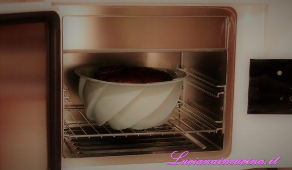 Passare dal forno all'abbattitore per il raffreddamento oppure lasciar raffreddare il dolce prima di sformarlo.