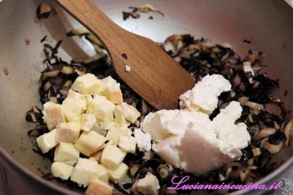 Una volta tiepido incorporare la ricotta e 120 gr. di taleggio amalgamando tutti gli ingredienti.
