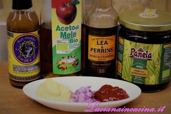 Prima di cuocerle al BBQ preparare la salsa  emulsionando la senape, il ketchup, la cipolla tritata, l'aceto di mele, la melassa, il fumo liquido e la salsa Worcestershire.