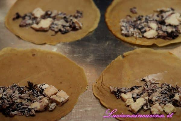 Farcire le crepes con farina di castagne con il ripieno al radicchio.
