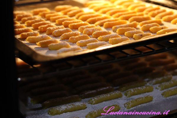 Ricoprire con la stessa miscela di farina e zucchero a velo e poi infornare a 150°C per circa 12 minuti.