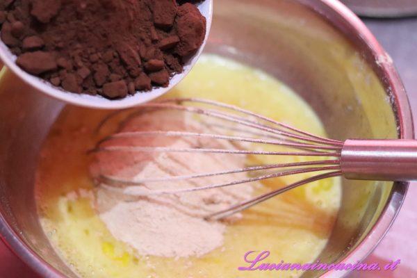 Aggiungere gli amaretti tritati, il sale ed il cacao setacciato mescolando.