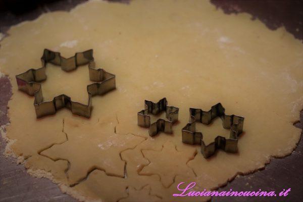 Incidere la frolla con le formine da biscotti.