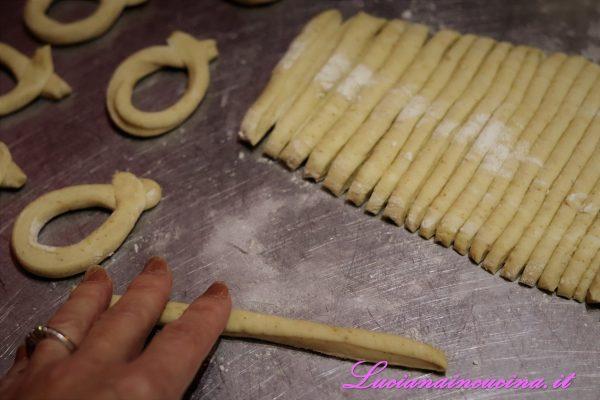 Arrotolare le striscioline di impasto unendo le estremità con una leggera pressione.