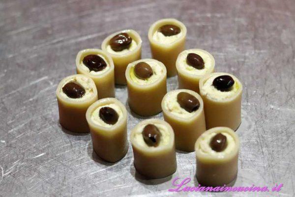 Inserire un'oliva di Taggia in ciascun pacchero da entrambe le parti.