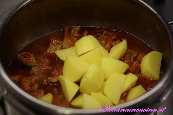 Sfiatare il vapore, aprire la pentola ed aggiungere le patate a tocchetti. Richiudere e cuocere ancora per 10-12 minuti dal sibilo.