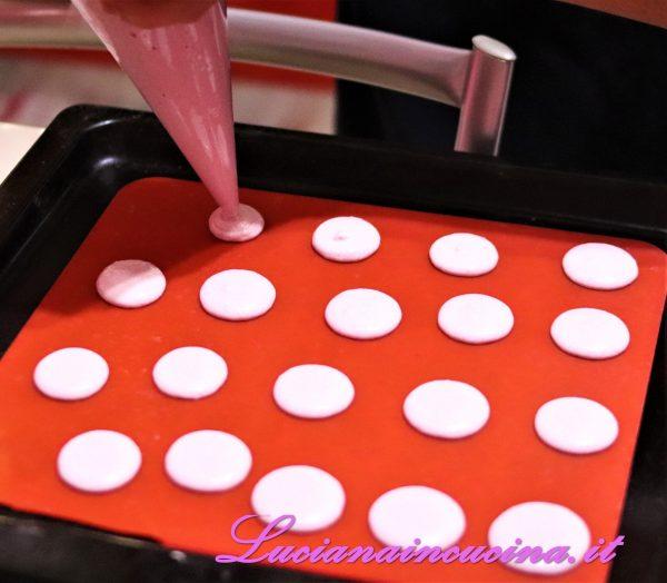Inserire nel sac a poche e versare piccole dosi di composto sul tappetino in silicone.