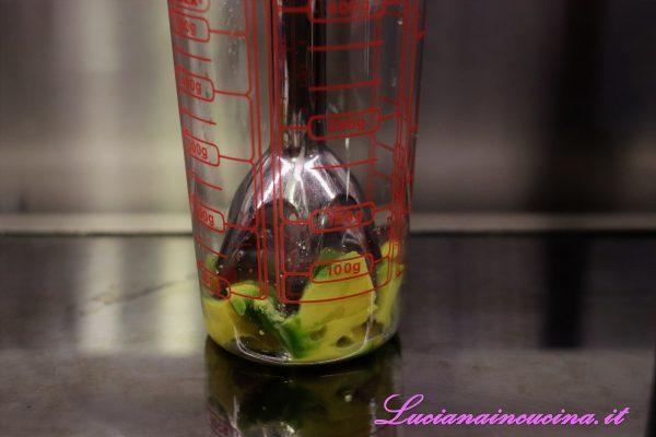Intanto preparare la maionese di avocado frullando: avocado, mezzo lime, un pizzico di sale e 2-3 cucchiai d'olio extravergine d'oliva.
