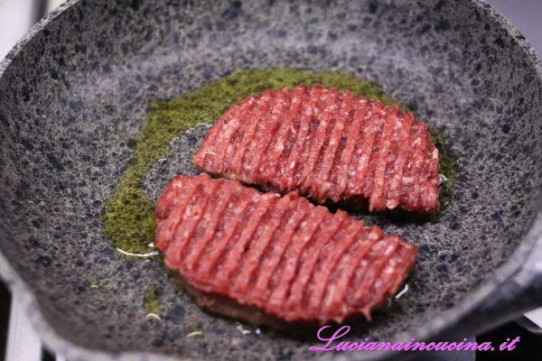 Intanto che gli hamburger cuociono in padella preparare i panini.