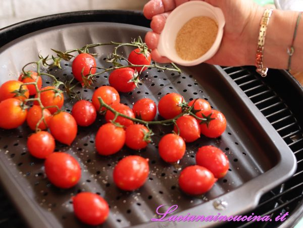 Cospargerli di zucchero di canna poi richiudere il coperchio e lasciar cuocere per 25-30 minuti, girandoli una sola volta.