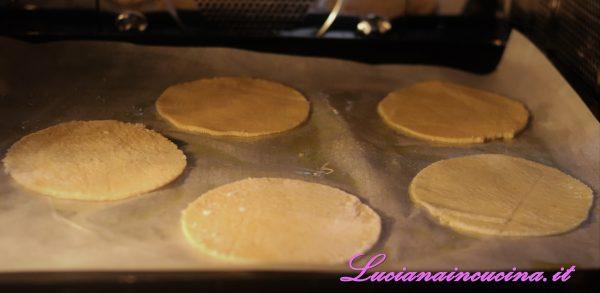 Cuocerli in forno a 180°C adagiati in una teglia ricoperta di carta forno per una decina di minuti, girandoli eventualmente per renderli completamente croccanti. Comunque fino a doratura, dipende dallo spessore.