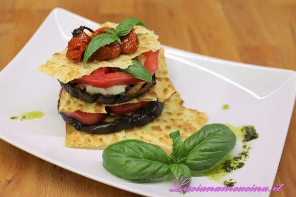Proseguire in questo modo alternando gli ingredienti per 3 volte, terminando con alcuni pomodorini confit cotti alla griglia, foglie di basilico, una grattugiata di pecorino sardo semi stagionato ed un filo d'olio.