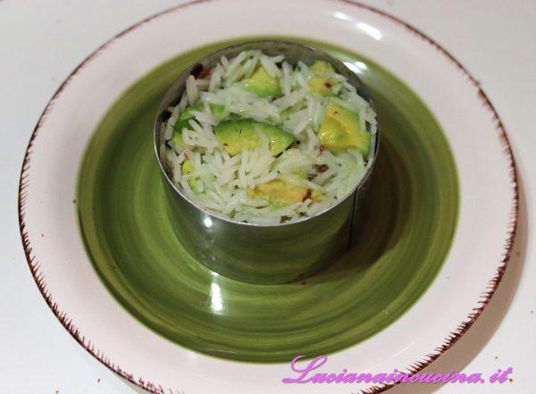 Riempire due coppa pasta con il riso esotico.
