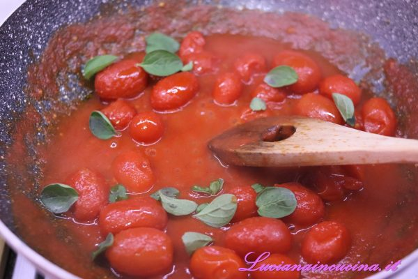 Terminata la cottura, togliere l'aglio ed aggiungere il basilico spezzettato.