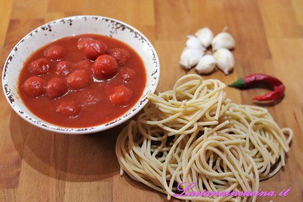 Sbucciare gli spicchi d'aglio e spremerli con l'apposito attrezzo (altrimenti andrebbero schiacciati semplicemente).