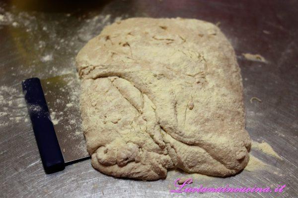Dopo 10 minuti di riposo, rovesciare l'impasto sulla spianatoia ricoperta di farina di semola e praticare delle pieghe a tre ogni 15 minuti per tre volte.