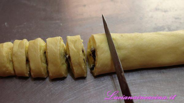 Tagliare il rotolo in tante parti larghe circa 3 cm.