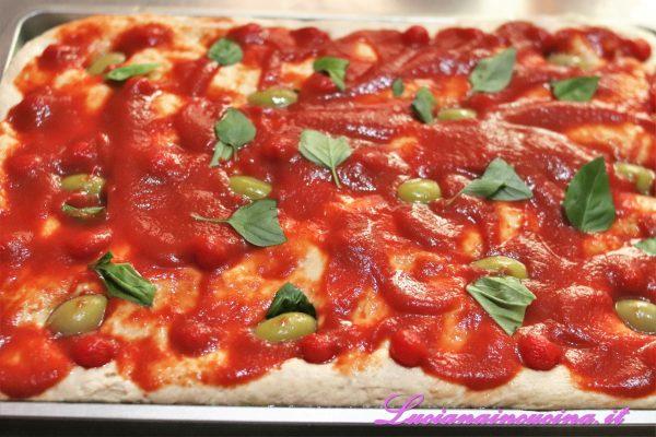 Ho poi aggiunto la passata di pomodoro, il basilico spezzettato e le olive verdi.