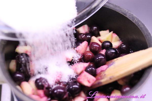 Dopo cinque minuti unire lo zucchero e farlo sciogliere mescolando.