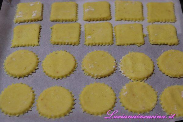 Con le formine ricavare i biscotti che andranno adagiati sulla teglia rivestita di carta da forno.