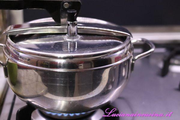 Dopo 7 minuti, spegnere il fornello, sfiatare il vapore e mantecare il risotto con una noce di burro e 3-4 cucchiai di Parmigiano Reggiano grattugiato.