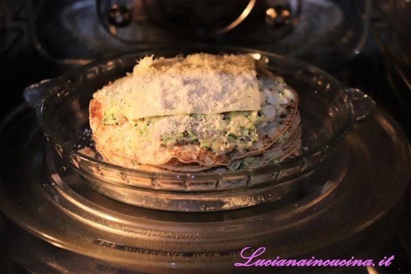 Sull'ultimo strato dare una spolverata di formaggio grattugiato per permetterne maggiormente la gratinatura.