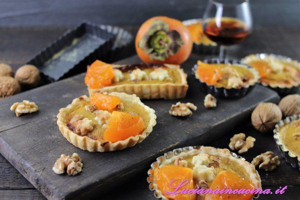 Lasciar intiepidire poi guarnire le crostatine con uno spicchio di frutto fresco (ottenuto dividendo in quattro parti le fette precedentemente tenute da parte).