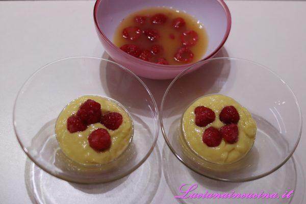 Versarne una parte in ciotoline da dessert, aggiungere 3-4 lamponi e ricoprirli con la restante crema al mango.