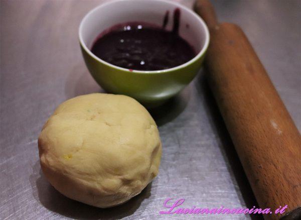 Dopo il raffreddamento, stendere l'impasto con il matterello e adagiarlo nella tortiera.