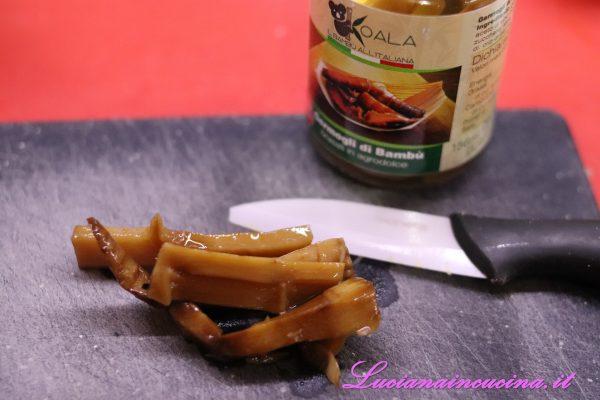 Prelevare il Bambù brasato in agrodolce dal vasetto e tritarlo a coltello.
