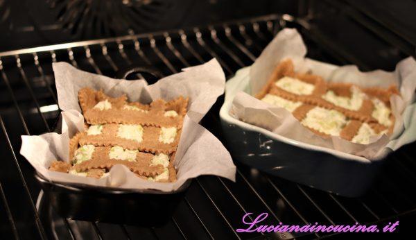 Farcirla con il ripieno e decorare con i ritagli di pasta avanzati, poi cuocere a 180°C per i primi 30 minuti, abbassando il calore a 170°C per gli ultimi dieci minuti.