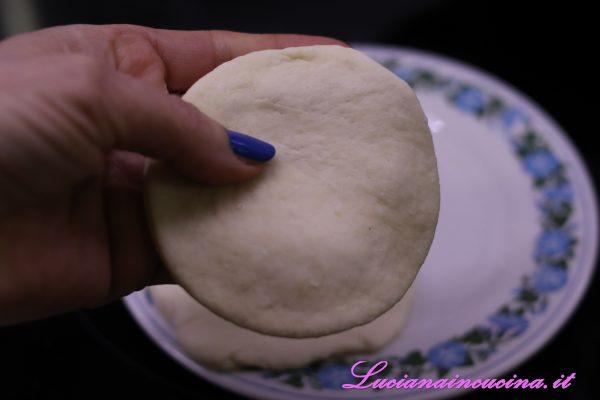 Stenderlo con il matterello e, con un ring, formare dei cerchi.