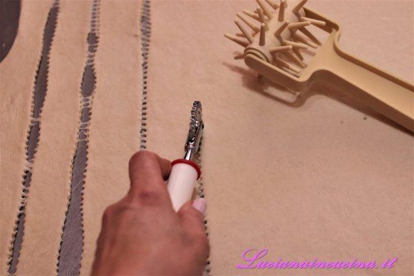 Con un taglia pasta ricavare dei rettangoli di impasto, bucherellarli.